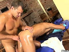 Massage causeuse muscled gay customer gets a dick and asshole massaged